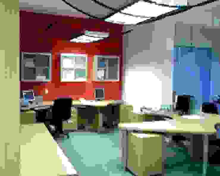 Soluciones Contables y Administrativas SAC / C.A. Forma y Espacio Arquitectos Constructores CA Oficinas y Tiendas Compuestos de madera y plástico Rojo