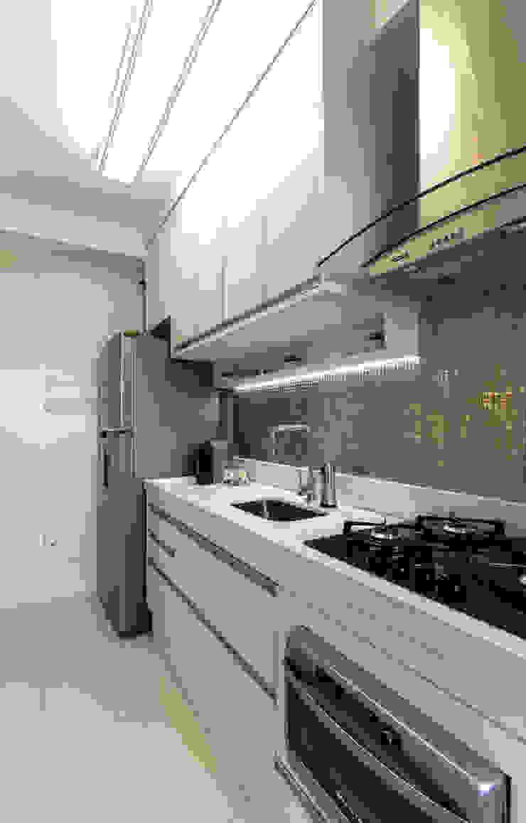 Moderne Küchen von RAFAEL SARDINHA ARQUITETURA E INTERIORES Modern