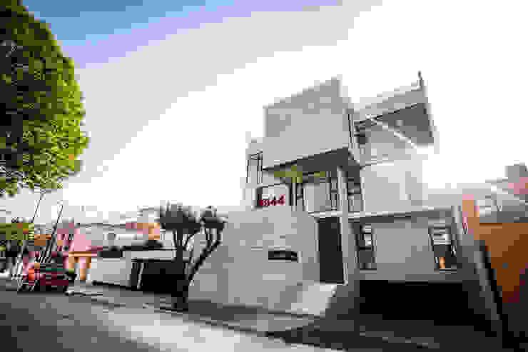 Modern houses by Miguel de la Torre Arquitectos Modern