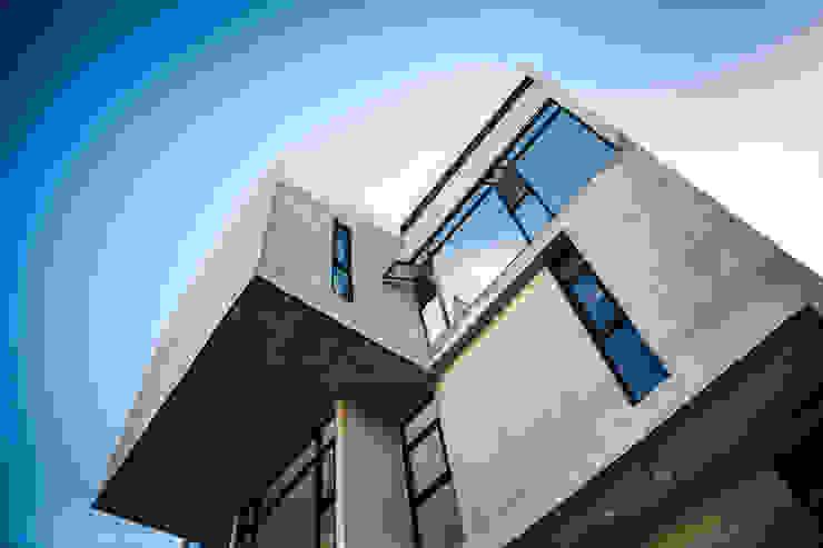 Puertas y ventanas de estilo moderno de Miguel de la Torre Arquitectos Moderno