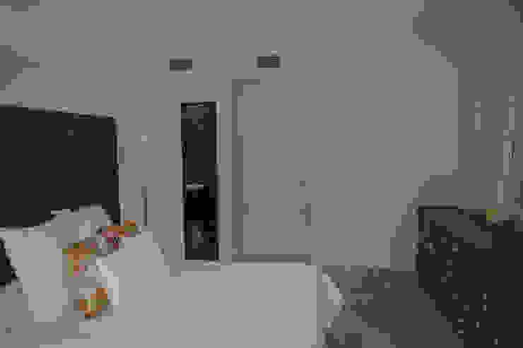Camera da letto coloniale di JUANCHO GONZALEZ Coloniale
