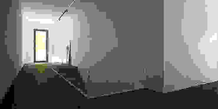 PIEKARSKIEGO Minimalistyczny korytarz, przedpokój i schody od KAEL Architekci Minimalistyczny Płyta MDF