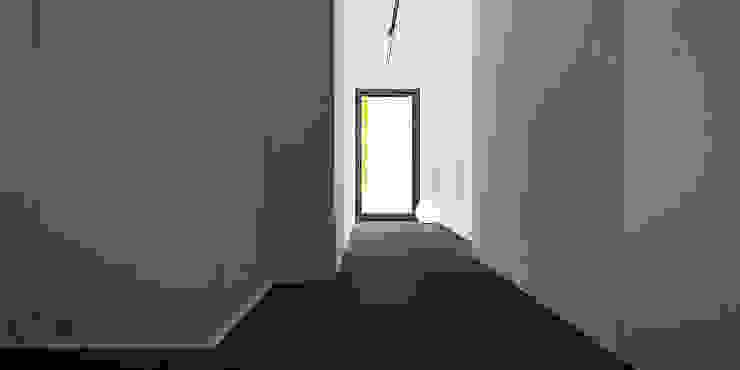 PIEKARSKIEGO Minimalistyczny korytarz, przedpokój i schody od KAEL Architekci Minimalistyczny Drewno O efekcie drewna
