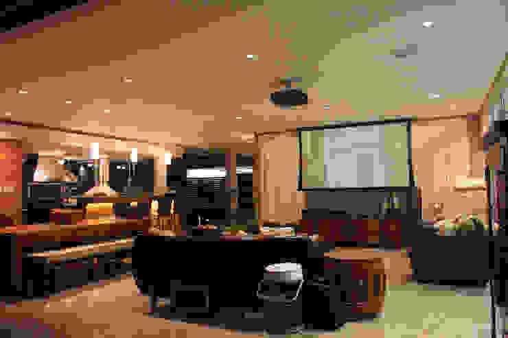 Sala multimediale in stile  di L+A Arquitetura de iluminação
