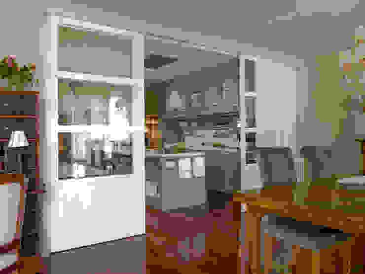 Comedor relacionado con la cocina por la puerta en cristalera Cocinas de estilo ecléctico de DEULONDER arquitectura domestica Ecléctico