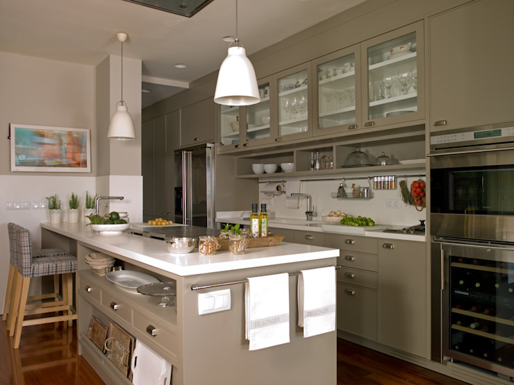 Kitchen by DEULONDER arquitectura domestica, Eclectic