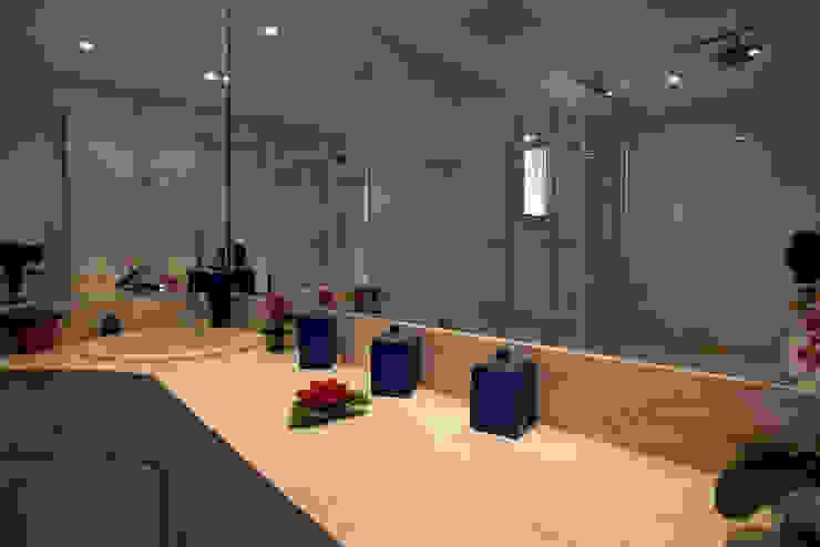 Apartamento S.C. do Sul Banheiros modernos por Carmen Anjos Arquitetura Ltda. Moderno Mármore