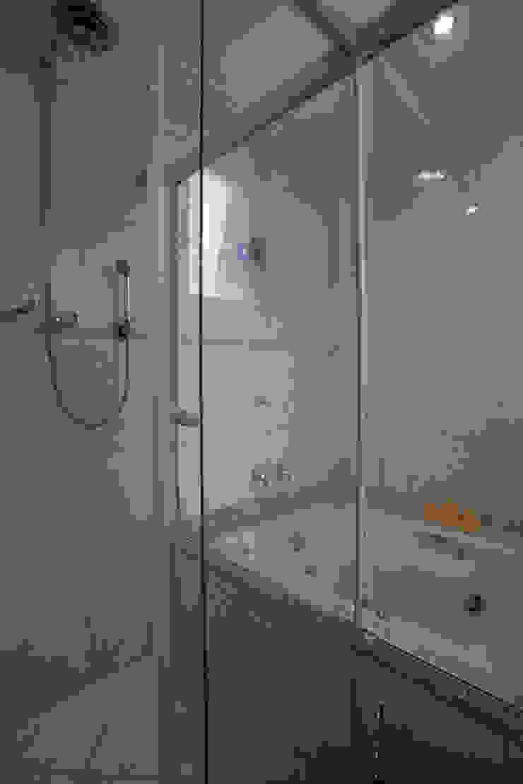 Apartamento S.C. do Sul Banheiros modernos por Carmen Anjos Arquitetura Ltda. Moderno Vidro