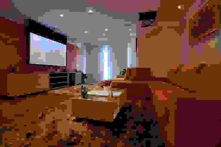 Apartamento S.C. do Sul:  tropical por Carmen Anjos Arquitetura Ltda.,Tropical Têxtil Ambar/dourado