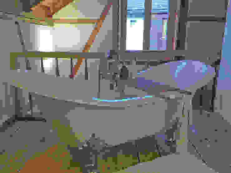 Phòng tắm phong cách đồng quê bởi Maxxwell AG Đồng quê Sắt / thép