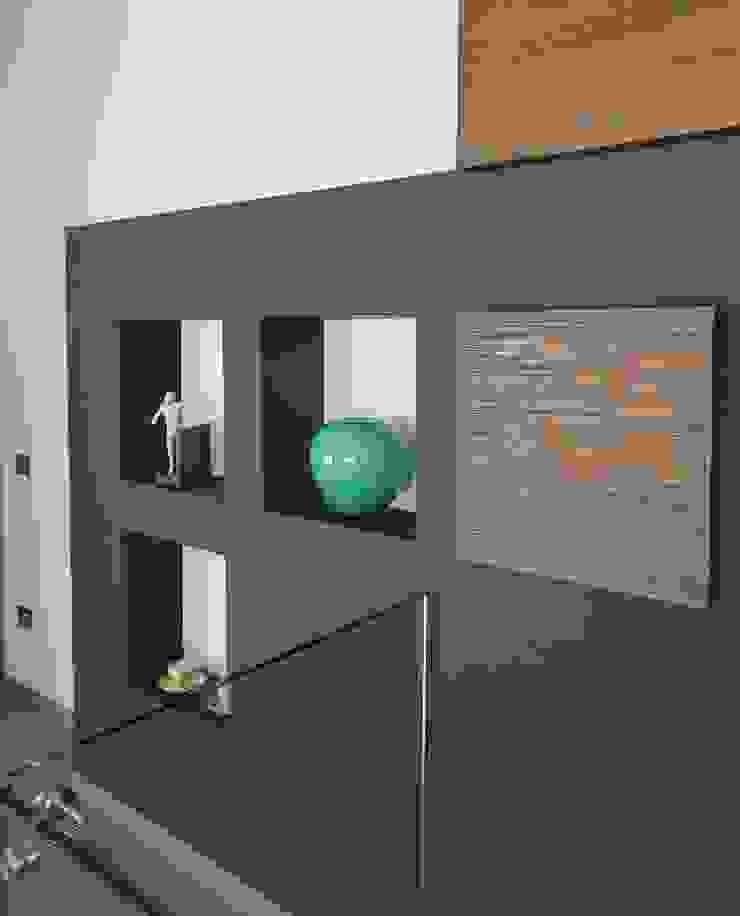 Studio Ferlenda Modern corridor, hallway & stairs