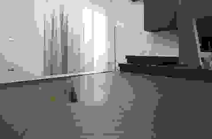 Studio Ferlenda Paredes y pisos de estilo moderno