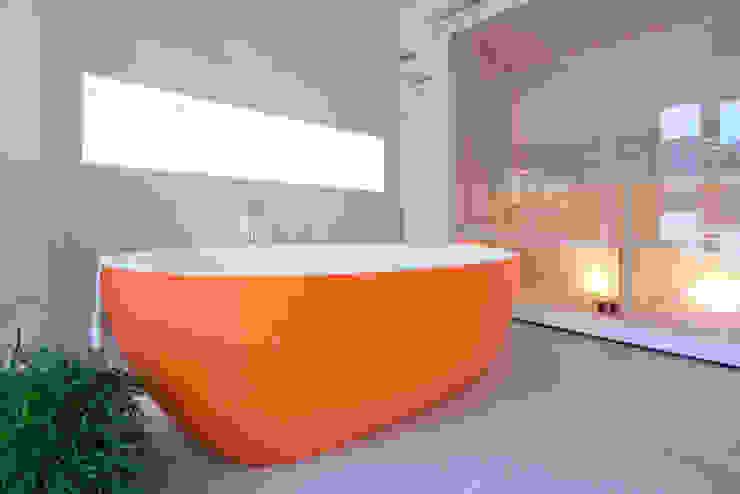 Hauptbad, freistehende Wanne in orange Moderne Badezimmer von INNEN LEBEN Modern