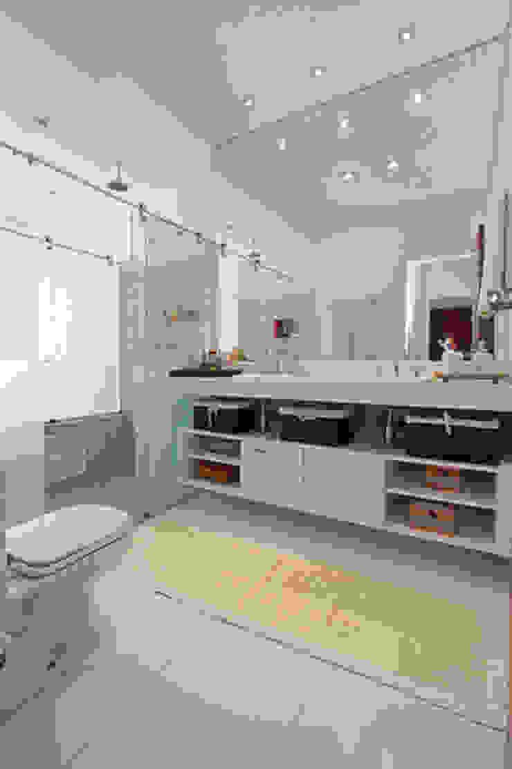 Banho Suite Master Banheiros modernos por Arabesco Arquitetura Moderno