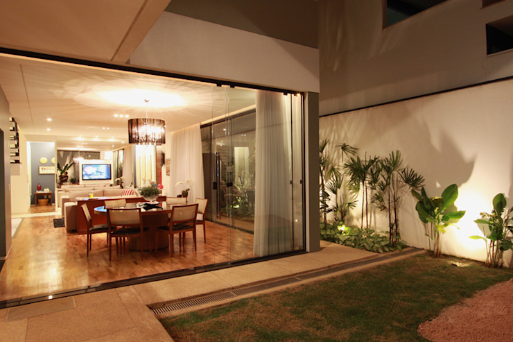 Janelas e portas modernas por Arabesco Arquitetura Moderno