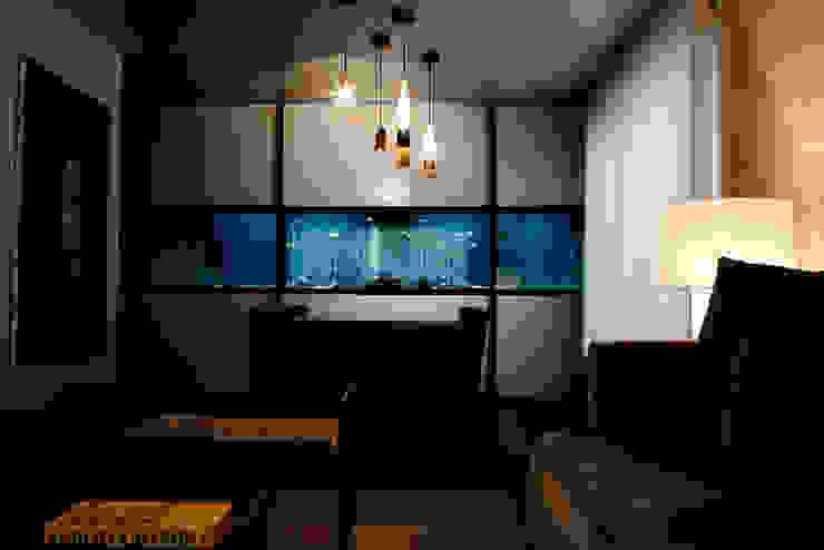 freshwater aquarium in a living room por ADn Aquarium Design Moderno