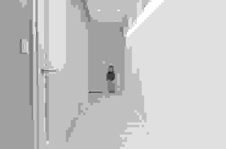 MIESZKANIE KATOWICE Nowoczesny korytarz, przedpokój i schody od Projektowanie Wnętrz Agnieszka Noworzyń Nowoczesny
