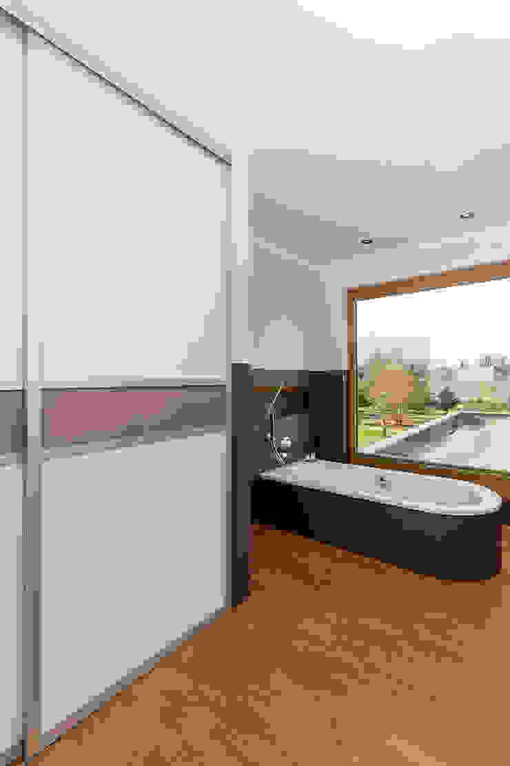 Ein Einbauschrank im Badezimmer sorgt für ordentlich Stauaum Elfa Deutschland GmbH Moderne Badezimmer Holz Braun