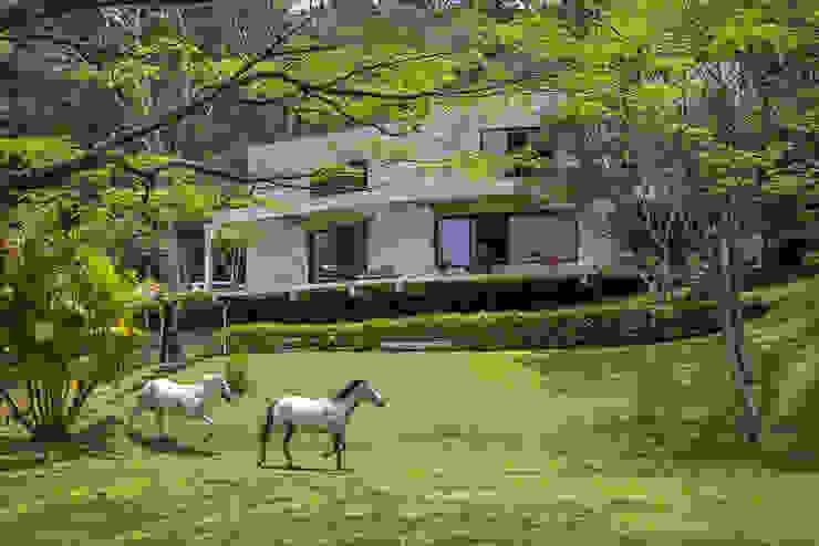 現代房屋設計點子、靈感 & 圖片 根據 Carlos Salles Arquitetura e Interiores 現代風