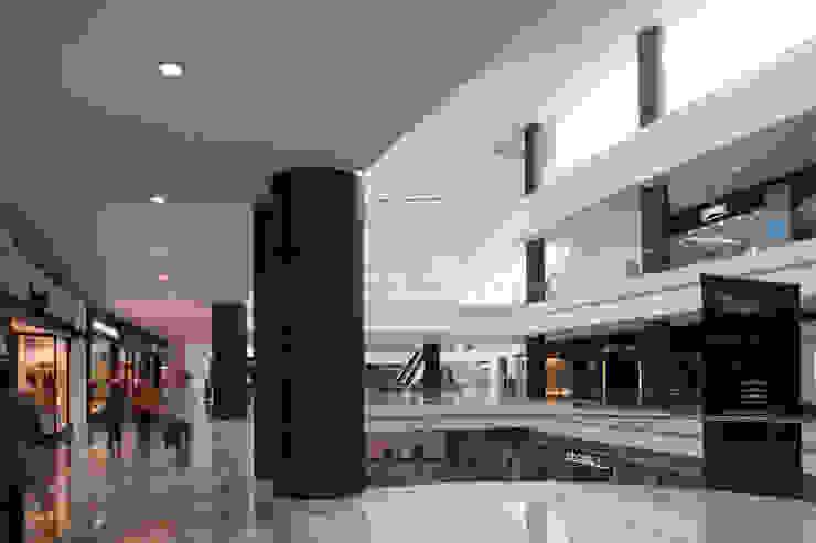 Centro Santa Fe Pasillos, vestíbulos y escaleras modernos de Grow Arquitectos Moderno