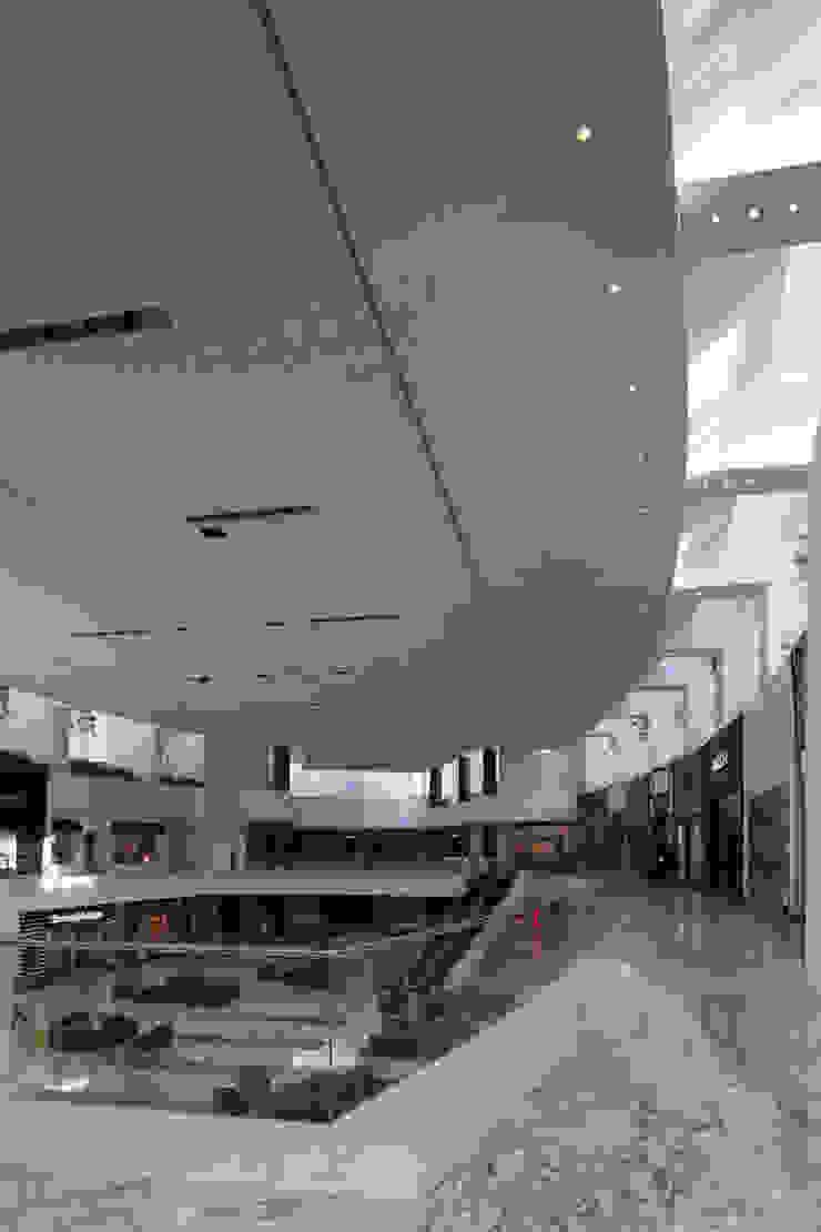 Centro Santa Fe Paredes y pisos de estilo moderno de Grow Arquitectos Moderno
