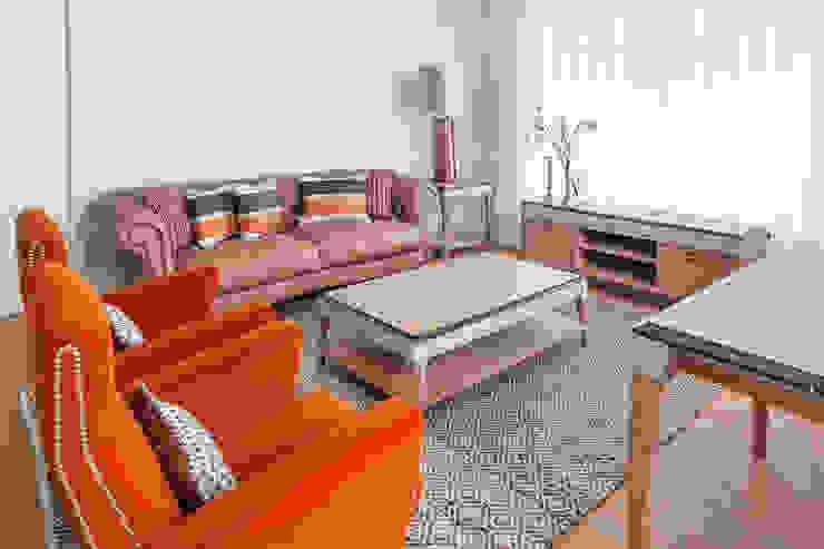 Sala de estar por Alfama Home Vintage Clássico Madeira Acabamento em madeira