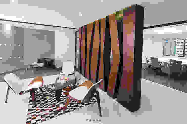 Oficinas Holland & Knight Pasillos, vestíbulos y escaleras de estilo ecléctico de CHIMI Ecléctico