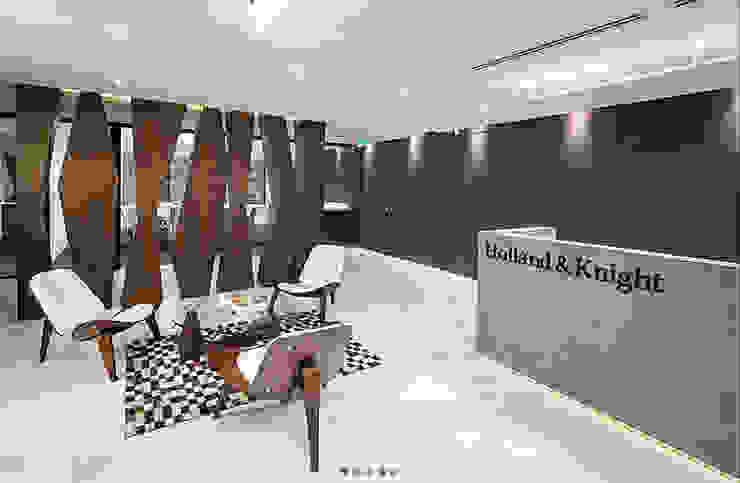 Lobby Oficinas Holland & Knight Pasillos, vestíbulos y escaleras de estilo ecléctico de CHIMI Ecléctico