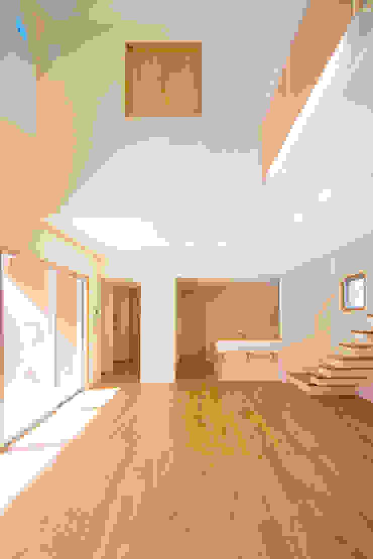 1階広間1 モダンデザインの リビング の プラソ建築設計事務所 モダン