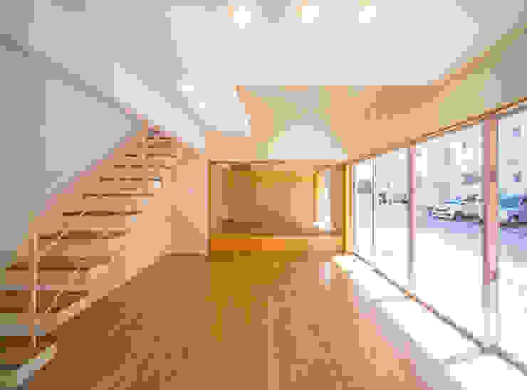 1階広間2・和室 モダンデザインの リビング の プラソ建築設計事務所 モダン