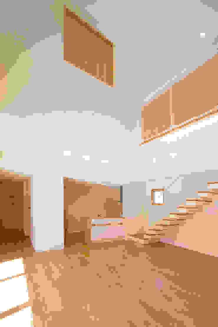 1階広間4 モダンデザインの リビング の プラソ建築設計事務所 モダン