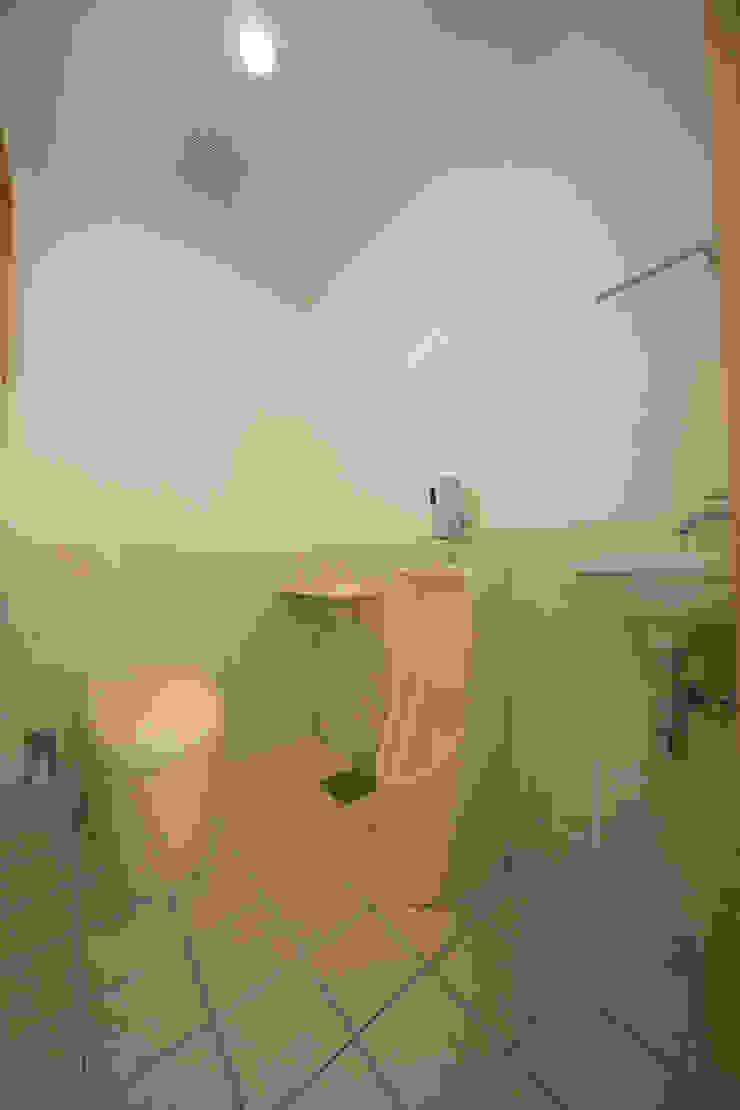 1階便所 モダンスタイルの お風呂 の プラソ建築設計事務所 モダン