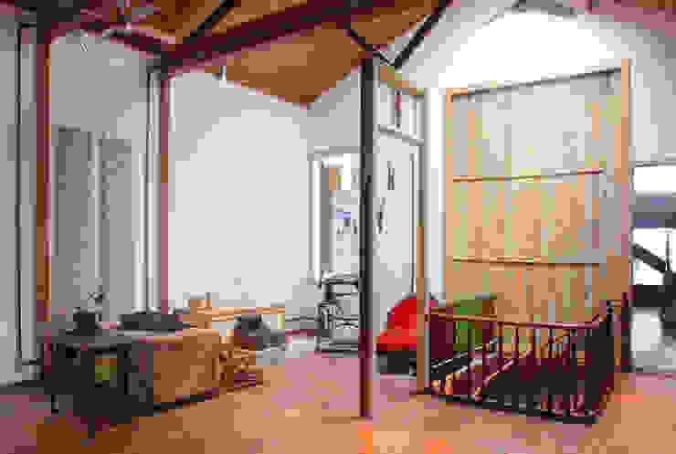 Phòng học/văn phòng phong cách chiết trung bởi Carlos Salles Arquitetura e Interiores Chiết trung