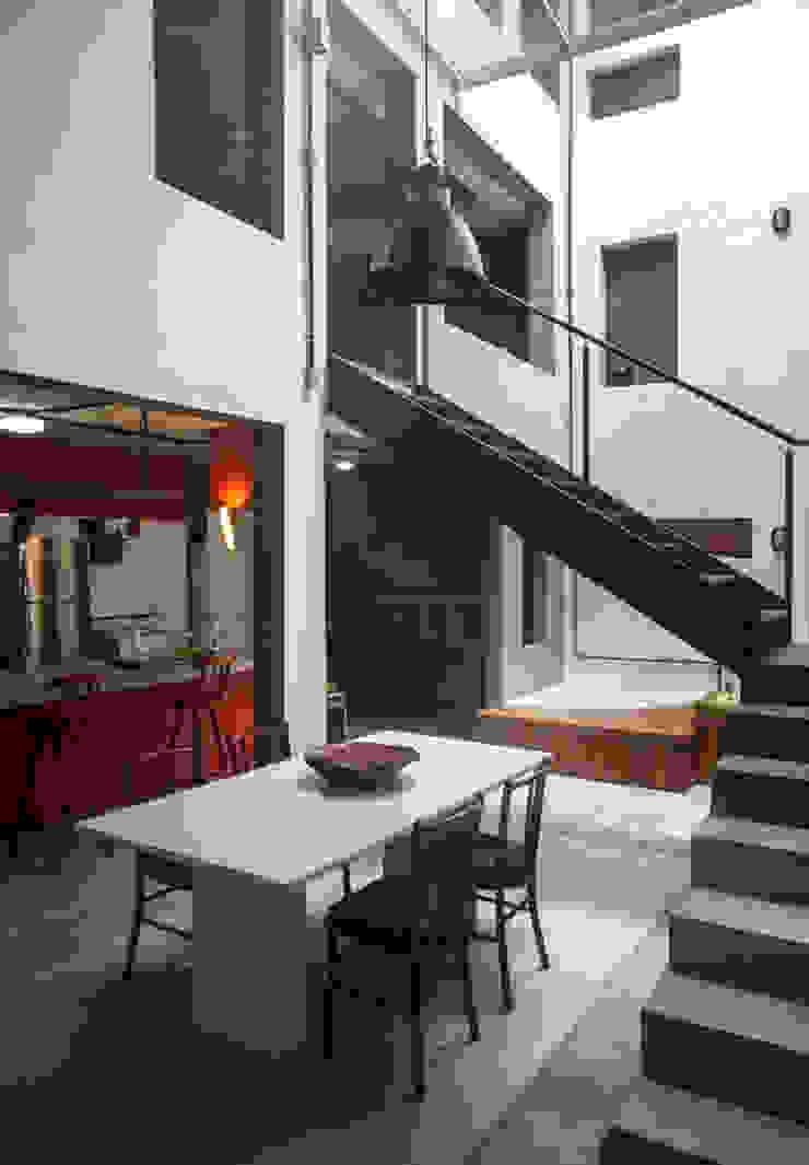Casa / Ateliê Cênico – Lapa Salas de jantar ecléticas por Carlos Salles Arquitetura e Interiores Eclético