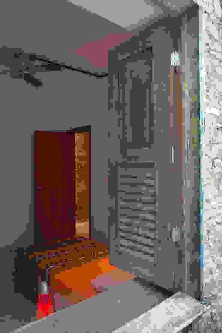 Cửa sổ & cửa ra vào phong cách chiết trung bởi Carlos Salles Arquitetura e Interiores Chiết trung