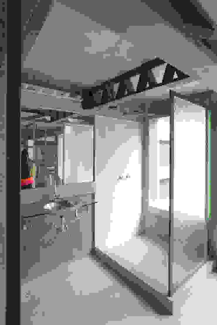 Casa / Ateliê Cênico – Lapa Banheiros ecléticos por Carlos Salles Arquitetura e Interiores Eclético