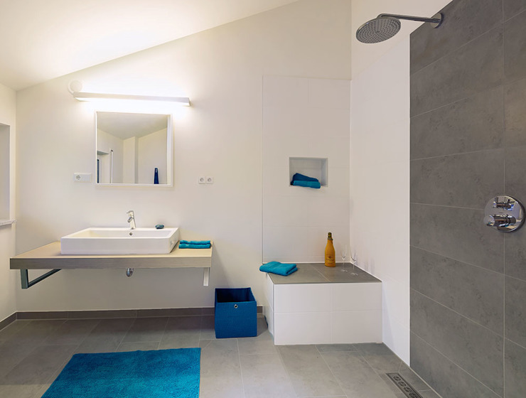 Musterhaus Bad Vilbel Modern bathroom by Skapetze Lichtmacher Modern