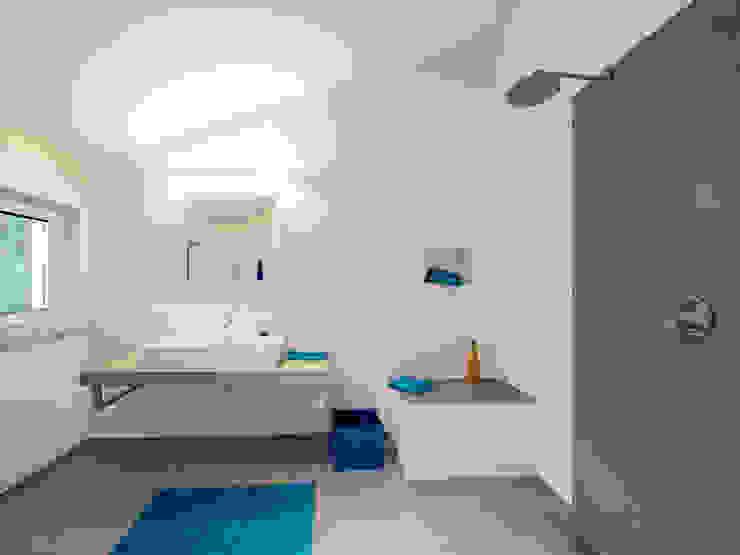 Musterhaus Bad Vilbel Modern bathroom by Skapetze Lichtmacher Modern