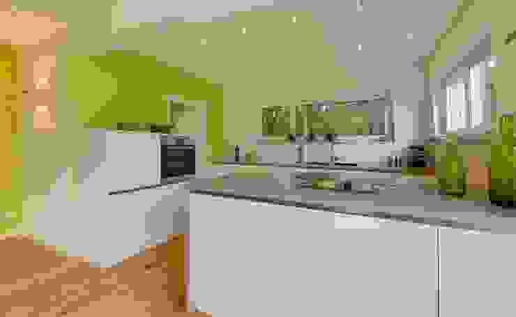 Musterhaus Bad Vilbel 現代廚房設計點子、靈感&圖片 根據 Licht-Design Skapetze GmbH & Co. KG 現代風