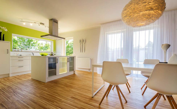 Musterhaus Falkenberg 139 Modern dining room by Licht-Design Skapetze GmbH & Co. KG Modern