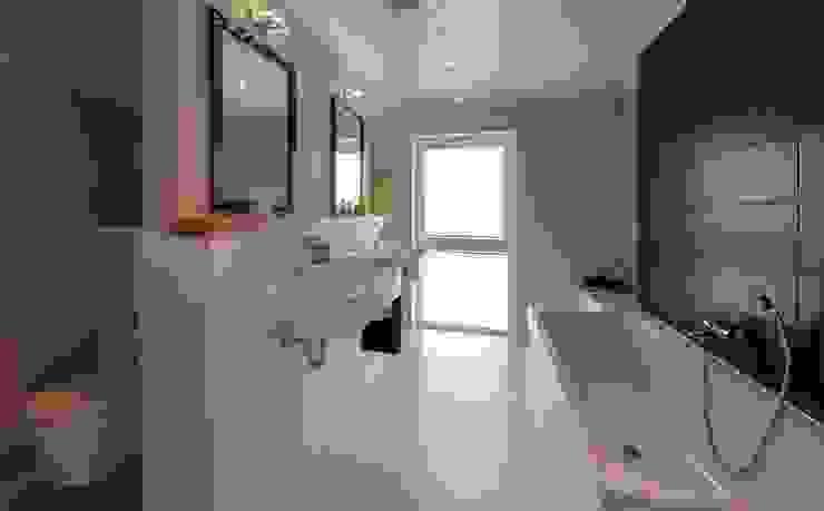 Musterhaus Falkenberg 139 Modern bathroom by Licht-Design Skapetze GmbH & Co. KG Modern