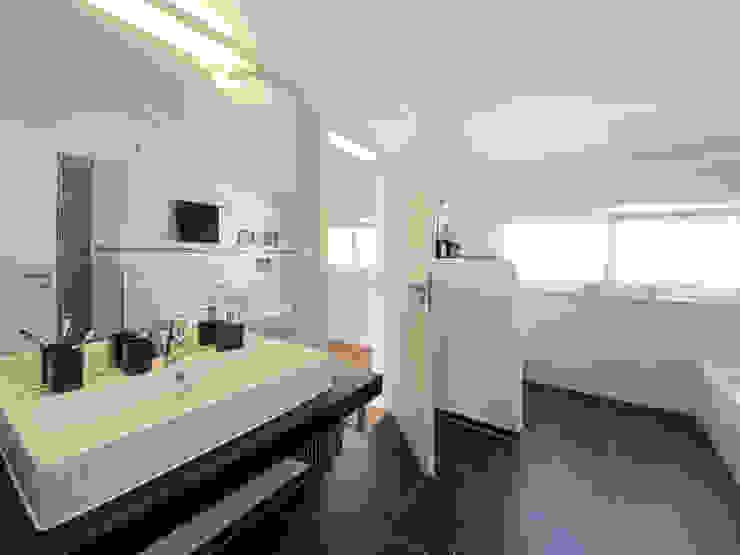 Bathroom by Licht-Design Skapetze GmbH & Co. KG