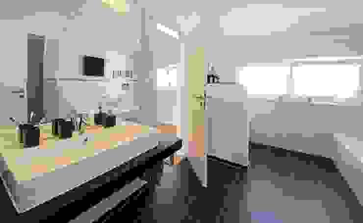 Bathroom by Licht-Design Skapetze GmbH & Co. KG,
