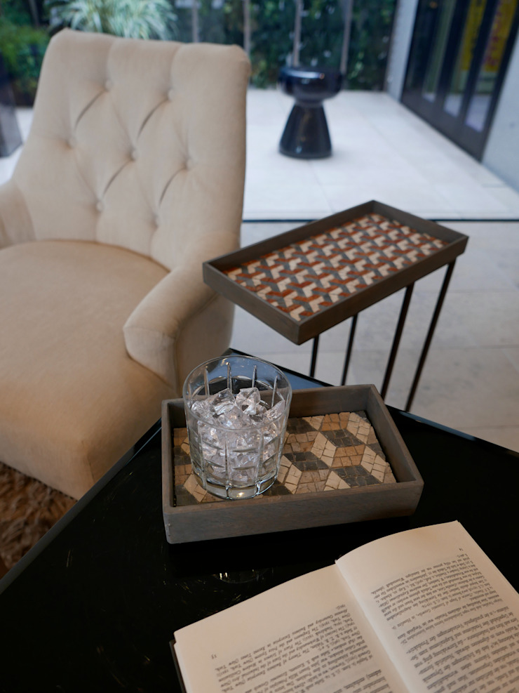 Mosaic Tray Table: Studio Mosaicoが手掛けた折衷的なです。,オリジナル 石