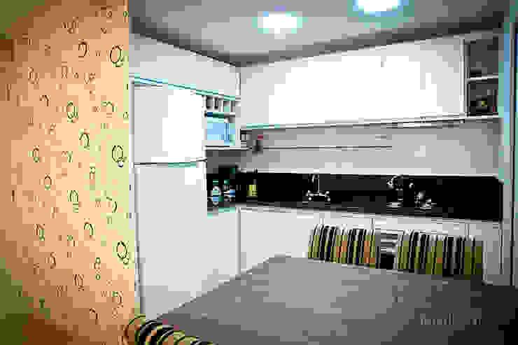Apartamento – pequenos espaço Cozinhas modernas por NATALIA ELLWANGER ARQUITETUTA Moderno MDF