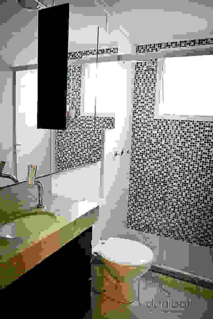 Apartamento – pequenos espaço Banheiros modernos por NATALIA ELLWANGER ARQUITETUTA Moderno MDF