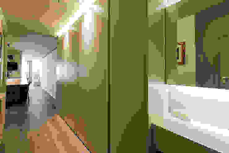 Modern corridor, hallway & stairs by Standal Modern