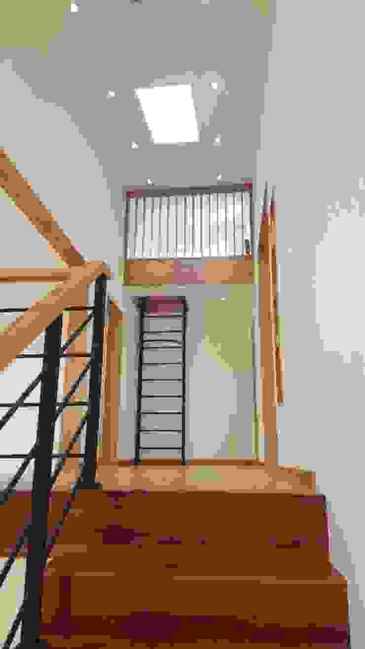 モダンスタイルの 玄関&廊下&階段 の 루트 주택 モダン