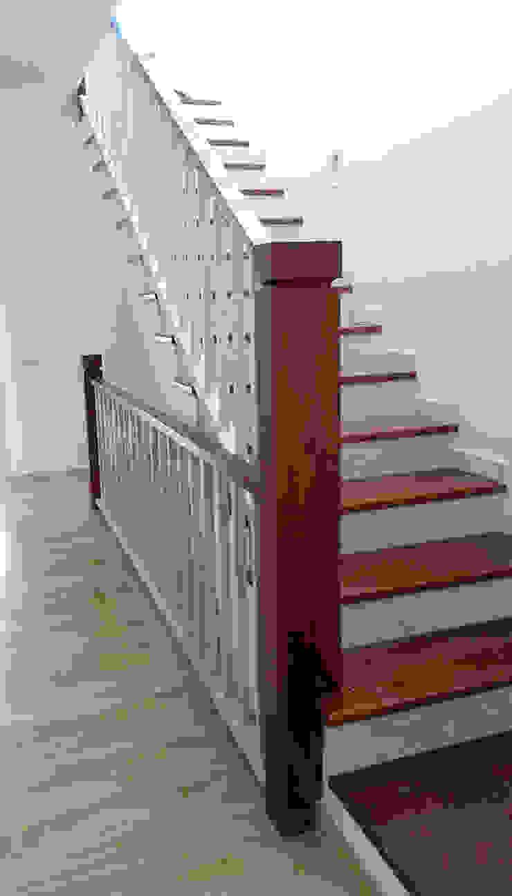 Escalera MUDEYBA S.L. Vestíbulos, pasillos y escalerasEscaleras Madera maciza
