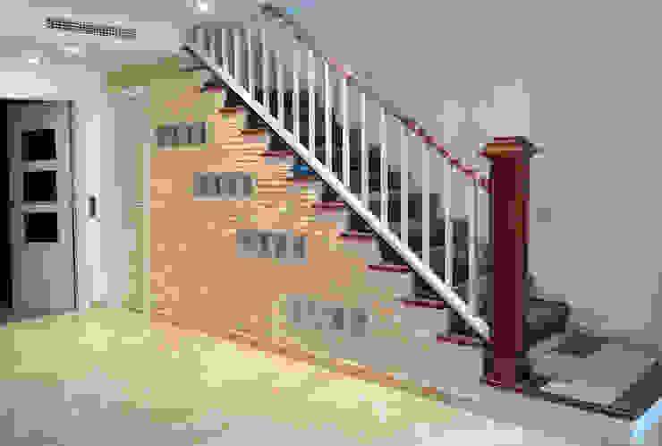 Escalera de madera MUDEYBA S.L. Vestíbulos, pasillos y escalerasEscaleras Madera maciza Marrón